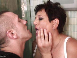 Порно сын дрочит мамиными