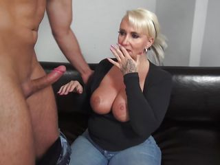 Порно зрелые женщины дрочат член