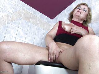 Медсестра в туалете
