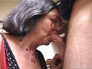Порно домашнее жена сосет