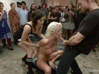 Порно блондинка и куча негров