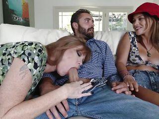 Смотреть любительское порно с мамой