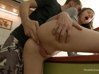 Порно видео подглядывает и дрочит
