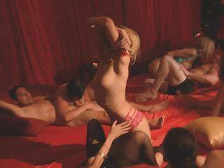 Порно видео дрочат друг другу