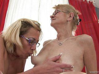 Госпожа заставляет вылизывать порно
