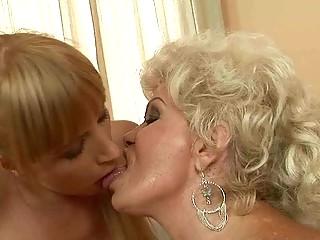 Порно ссать в рот лизуну