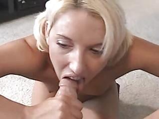 Порно шлюха делает минет