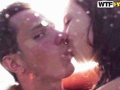 Видео секс в воде бассейне