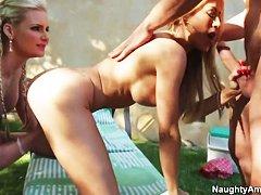 Бесплатное групповое порно с блондинками у бассейна