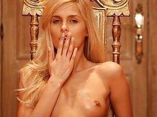 Крутая блондинка